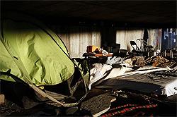 Un lugar, bajo un puente de la M-30, que utilizan los sin techo como refugio. / KIKE PARA