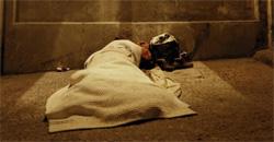 Un hombre pasa la noche bajo el viaducto de la calle Segovia