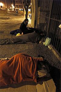 Una voluntaria de la ONG solidarios para el Desarrollo conversa con un sin hogar. / KIKE PARA