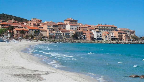 """Bastia: Pintoresca ciudad, el elevado barrio de """"terra nova"""" rodeado con sus impresionantes murallas."""