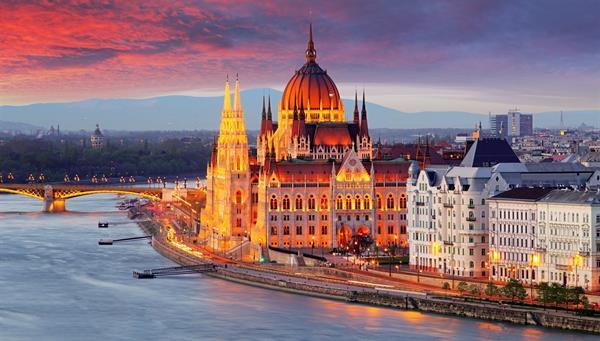 Parlamento húngaro, Budapest reinando sobre el Rio Danubio