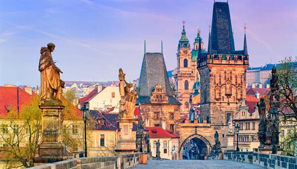 Praga: Su belleza y patrimonio histórico la convierten en una de las veinte ciudades más visitadas del mundo.