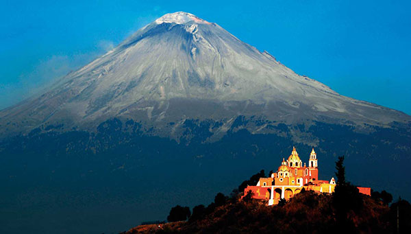 Cholula: La montaña que humea, sus túneles bajo la pirámide y el santuario de Nuestra Señora de los Remedios.