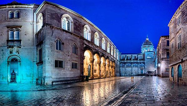 Dubrovnik: Entrada a la catedral y al palacio Knezev Dvor.
