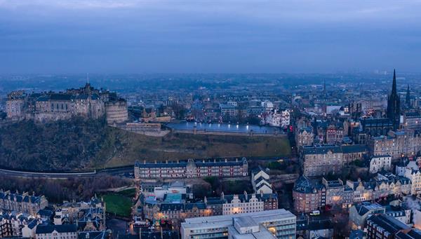 Vista panorámica a Edinburgo, la capital de Escocia.