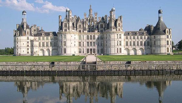 Chambord: Cuna del Renacimiento francés. El mayor castillo del Loira.