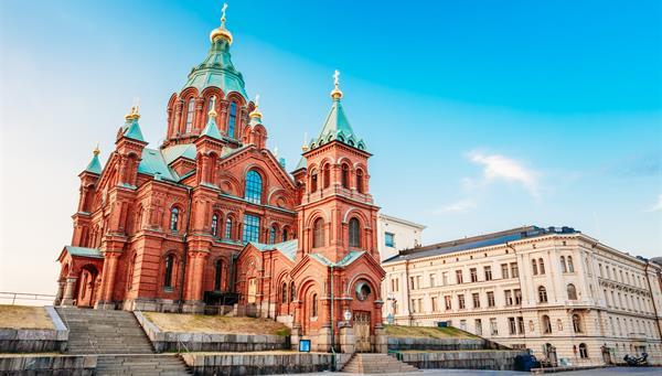 Catedral de Uspenski, Helsinki en la colina en el día soleado de verano. Iglesia Roja - Destino turístico en la capital finlandesa.