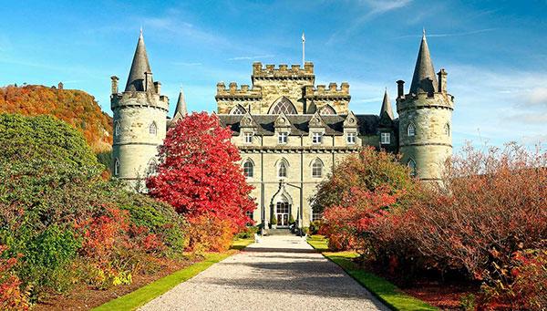 Inveraray: Muy pintoresco pueblo histórico junto al lago Fyne, destaca su gran castillo y sus tranquilas calles.