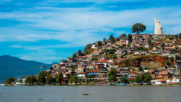 Janitzio: Pintoresco pueblo lleno de vida, restaurantes y tiendas de artesanía.