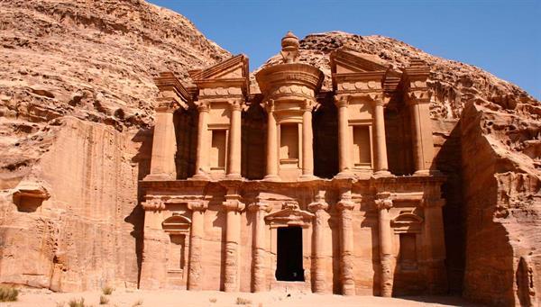Petra: Fachadas directamente esculpidas en la roca que forman un conjunto monumental único.