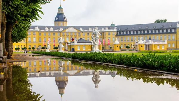 El castillo de Karlsruhe, Alemania, en el estado de Baden-Württemberg, construido hace unos 300 años.