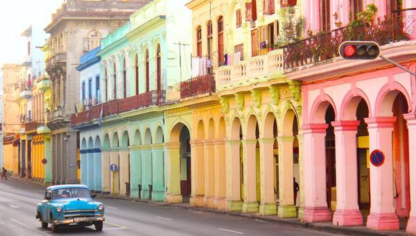 Coches viejos clásicos y edificios coloridos tradicionales en el centro de La Habana, Cuba
