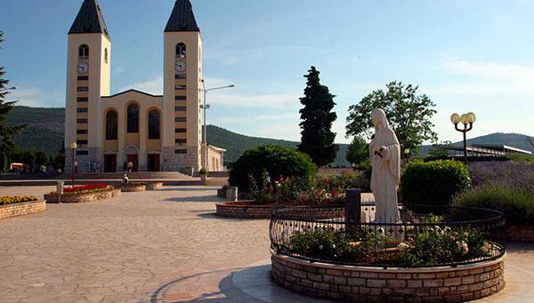"""MEDJUGORJE: """"entre montañas"""", famoso lugar de peregrinación católica por sus apariciones marianas."""