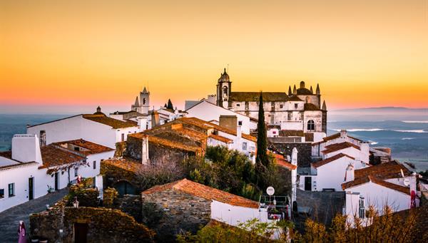 Romántico amanecer del pueblo de Monsaraz en la región de Alentejo, Portugal.
