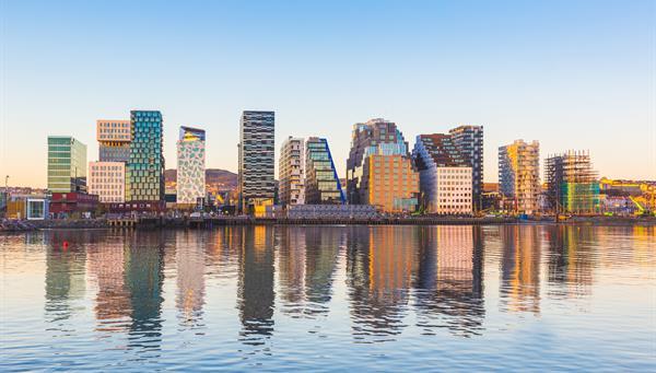 Edificios modernos en Oslo, Noruega, con su reflejo en el agua, en el barrio de Bjorvika.
