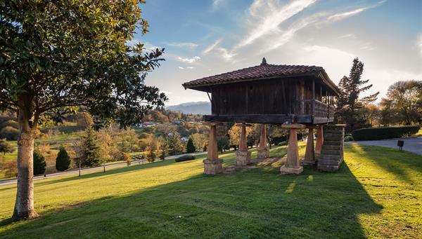 Granero asturiano en Winter Park (Horreo del parque de Invierno), Oviedo, España.