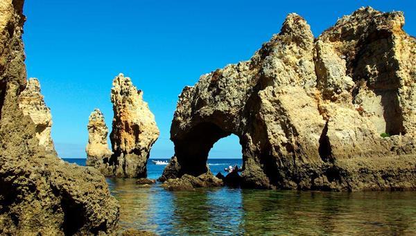 Lagos: Miradores a un mar intensamente azul, tapizado de rocas apuntando al cielo.