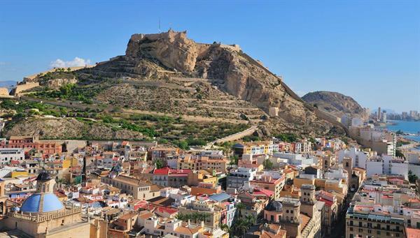 Alicante: Enclavada entre su fortaleza y su bahía.