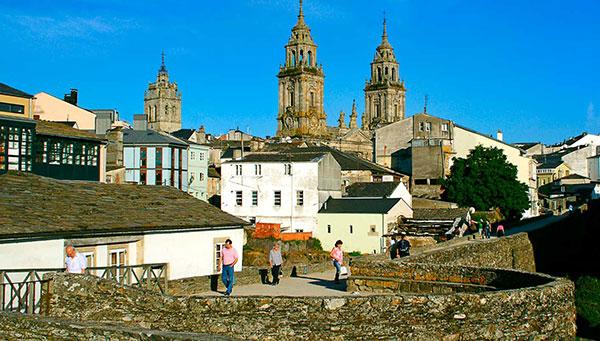 Lugo: Vista general y sus murallas.