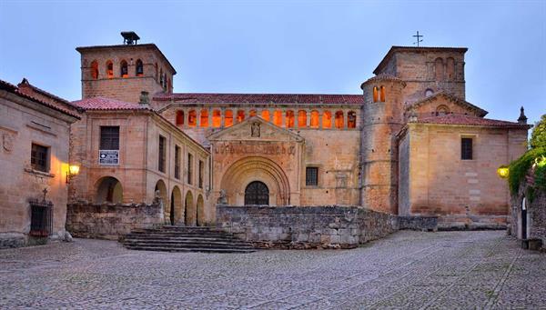 Santillana: Museo vivo en una villa medieval.