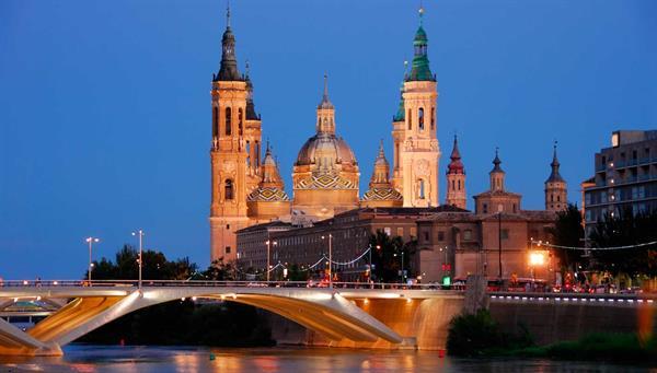 Zaragoza: Heroica e inmortal , ayudada por su virgen.