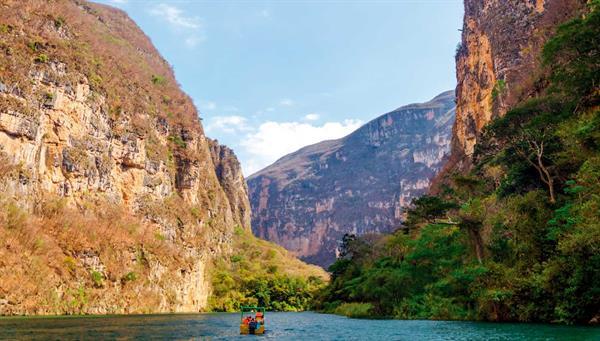 Cañón del Sumidero: En lancha conocemos este impresionante cañón de casi 1 km de profundidad y 14 km de longitud.