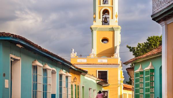 La calle empedrada que lleva a San Francisco del Convento de Asís, Trinidad, Cuba