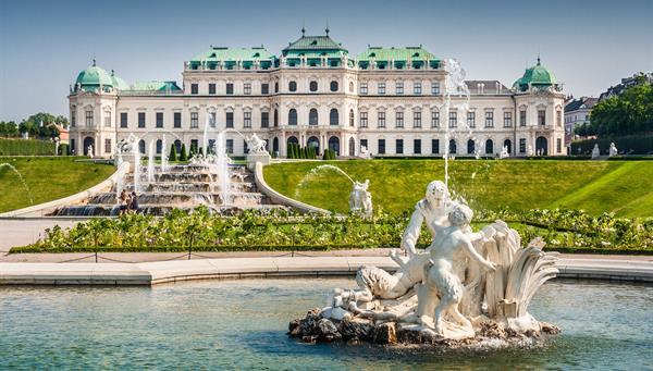 Hermosa vista del famoso Schloss Belvedere, construido por Johann Lukas von Hildebrandt como residencia de verano para el Príncipe Eugenio de Saboya, en Viena.