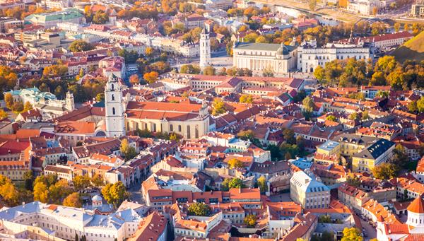 Vista hacia la hermosa capital de Lituania, Vilnius.