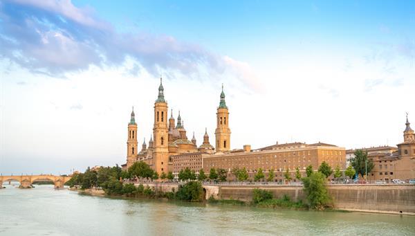 Catedral de Nuestra Señora del Pilar y el Ebro en Zaragoza.