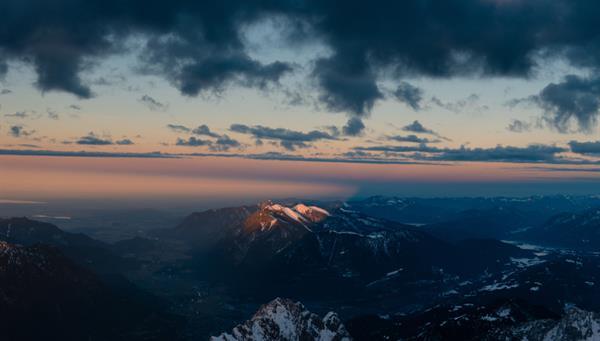 Zugspitze: Las hermosas montañas nevadas de Zugspitze en los Alpes alemanes.